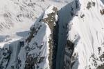 Discesa in verticale con gli sci tra le rocce: in un video l'impresa da brividi del miglior freeskier dell'anno