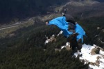 Uomo in volo sfiora il campanile di una chiesa, il video mozzafiato spopola su Youtube