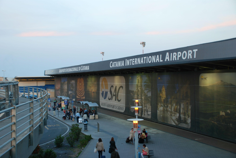 Ruba orologio all'aeroporto di Catania, arrestata