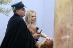 Protesta Femen a San Pietro, ragazza nuda tenta di rubare bambinello - Foto