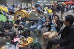 Hong Kong, via le barricate: la polizia arresta manifestanti pro-democrazia