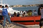 Lampedusa, arrivati i 73 migranti soccorsi dalla guardia costiera