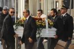 Funerali di Loris, piazza gremita a Santa Croce