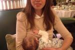 Vietato allattare in pubblico in un hotel, scoppia la protesta delle mamme