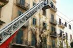 Crollo di calcinacci da una palazzina a Palermo: ferito un anziano