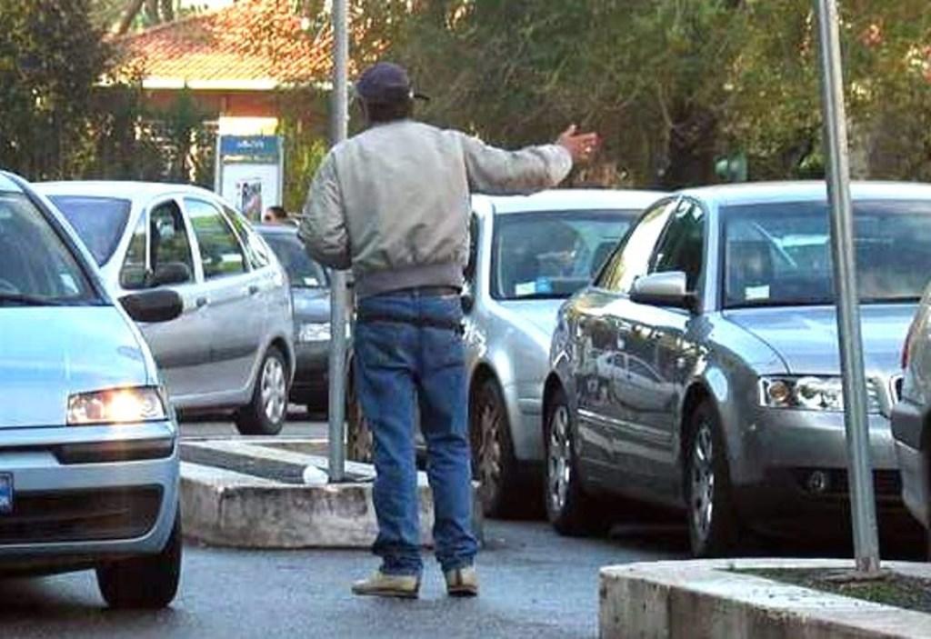 Risultati immagini per parcheggiatore abusivo