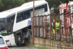 Pullman sfonda il guard rail e rimane sospeso a Messina - Il video