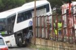 Pullman sfonda il guard rail e rimane sospeso a Messina - Il video