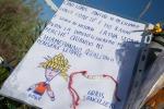 Fiori, ricordi, poesie e alberelli di Natale sul luogo del ritrovamento di Loris