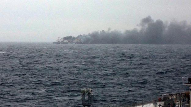 incendio traghetto, nave, scialuppe in mare, Sicilia, Mondo