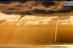 Tornado rosso fuoco in mare: spettacolare tromba d'aria a Lipari - Video