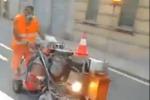 Rivernicia la segnaletica stradale a tutta velocità: il video è virale