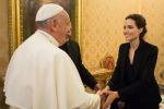 """Angelina Jolie a Roma incontra Papa Francesco: proiettato il suo nuovo film """"Unbroken"""" - Foto"""