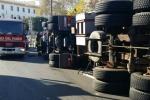 Camion si ribalta a Palermo, traffico in tilt alla Cala - Video