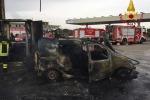 Ragusa, auto in fiamme lungo la statale: trasportava ossigeno - Foto