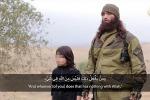 Isis, bambino di 10 anni spara ad un prigioniero: le foto