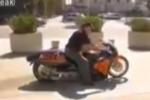Presenta la moto elettrica più veloce del mondo ma si schianta in diretta: il video della tragedia