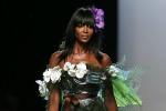 Sfilate a Parigi, Naomi Campbell in passerella come un... bouquet