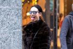 Linguaccia e lato B per le vie di Milano: con Nicole Minetti lo shopping diventa sexy - Foto