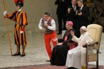 Città del Vaticano, parentesi circense durante l'udienza: l'esibizione di due giocolieri per Papa Francesco - Foto