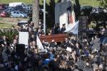 L'ultimo saluto a Pino Daniele, applausi e cori accolgono l'arrivo del feretro: le foto del funerale a Roma