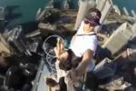 In posa a 345 metri d'altezza senza sicurezza: il selfie diventa estremo