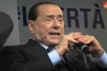 """''Chi non salta comunista è'', coro accoglie Berlusconi: """"Non si chiamano più così, ma democratici"""" - Video"""