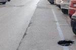 Buche e voragini per le strade di Messina, pericoli per automobilisti e motociclisti
