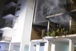 Esplosione in un palazzo a Roma, una vittima: indagini su una pista dolosa
