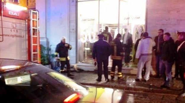 attentato, Giarre, incendio, intimidazione, negozio, Catania, Cronaca