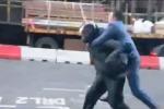 Affronta il ladro armato di machete, impiegato di Londra è l'eroe del giorno - Il video