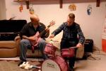 Concerto metal in casa... ma gli strumenti sono quelli per bambini - Il video