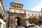 Palermo, si schianta con l'auto contro Porta Nuova: grave ventiduenne