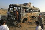 Violento scontro fra bus e camion cisterna in Pakistan: 57 i morti