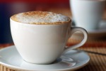 Il cappuccino si rovescia meno del caffè? Il segreto è nella schiuma