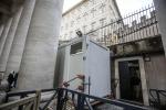 Aprono sotto il colonnato di San Pietro le docce per i clochard volute da Papa Francesco - Foto