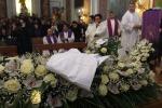Folla, rabbia e dolore a San Cataldo per l'ultimo saluto ad Aldo Naro - Video