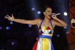 Fuochi d'artificio e in volo su una cometa: il grande show di Katy Perry al Super Bowl - Foto