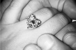 Un anello a forma di cuore postato sui social: Lady Gaga si sposa
