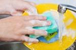 Meno allergie per i bimbi se i genitori lavano i piatti a mano