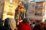 Fedeli in processione per la loro patrona, Sciacca rende omaggio alla Madonna del Soccorso - Video