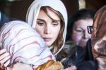 La regina Rania Di Giordania abbraccia una bimba, parente del militare arso vivo: lo scatto spopola sul web
