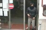 Rapinano un supermercato a Catania, poliziotti si fingono clienti e li arrestano: il video del colpo