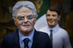 Il Presidente della Repubblica diventa una statuina del presepe con occhiali dorati e corno portafortuna - Foto