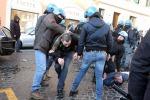 Roma devastata dai tifosi olandesi: scontri con la polizia, danneggiata la Barcaccia - Foto