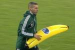 Feyenoord-Roma, oggetti in campo: lanciata anche una banana gonfiabile