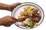 Italiani spreconi: ogni anno gettano 360 euro di cibo nella spazzatura