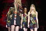 Loghi e hastag: la moda del futuro di Versace - Foto