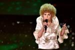 Nei panni della Vanoni, Virginia Raffaele riporta la comicità all'Ariston