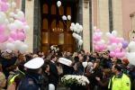 Chiesa gremita e una bara bianca: l'ultimo saluto alla piccola Nicole